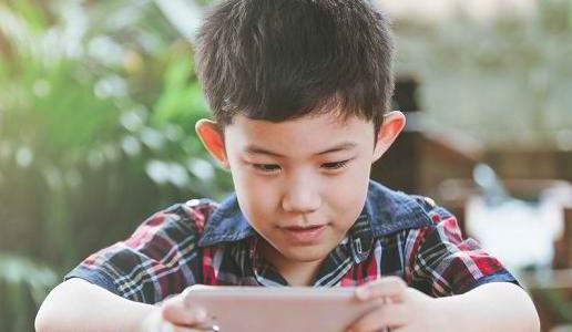 Terlalu Sering Main Gadget Bisa Menghambat Perkembangan Anak